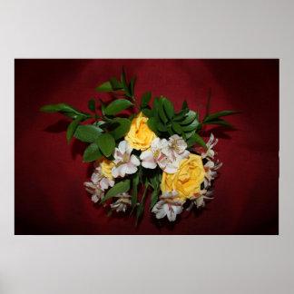 Rosas amarillos y lilas en rojo impresiones