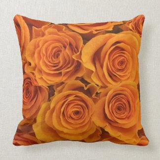 Rosas anaranjados hermosos cojín decorativo