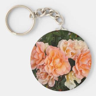 Rosas anaranjados pálidos en la floración en llavero redondo tipo pin