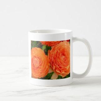 Rosas anaranjados taza básica blanca