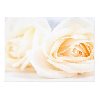 Rosas beige delicados que casan la invitación