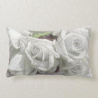 Rosas blancos clásicos de la acuarela con cojines