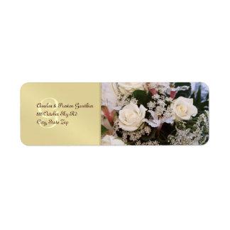Rosas blancos del monograma que casan la etiqueta  etiquetas de remite