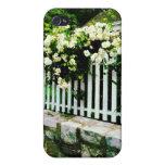 Rosas blancos en una valla de estacas iPhone 4 cárcasa