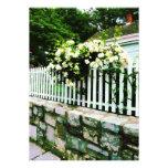 Rosas blancos en una valla de estacas anuncio personalizado