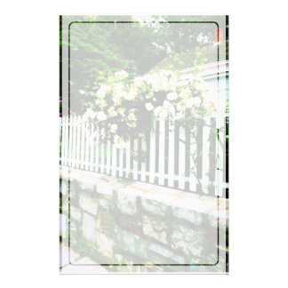 Rosas blancos en una valla de estacas papeleria