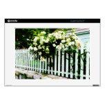 Rosas blancos en una valla de estacas portátil calcomanía
