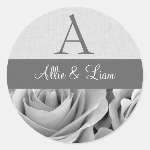 Rosas blancos novia y monograma del novio pegatina redonda
