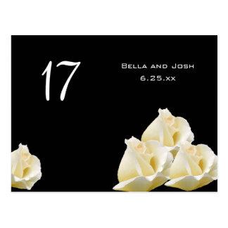 Rosas blancos que casan la postal de la tarjeta de