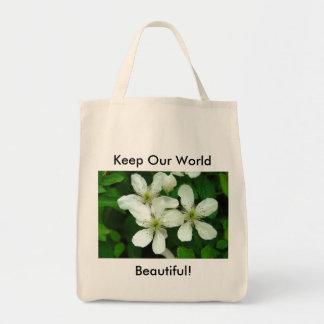 Rosas blancos salvajes en la bolsa de asas