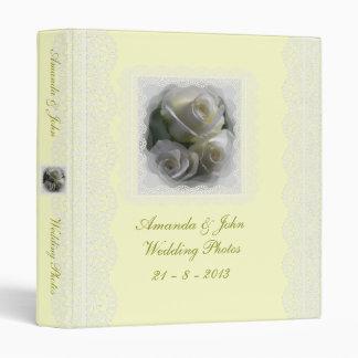Rosas blancos suaves que casan la carpeta del