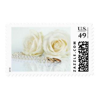 Rosas blancos y alianzas de boda franqueo