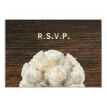 Rosas blancos y Barnwood RSVP que se casa rústico Invitacion Personal