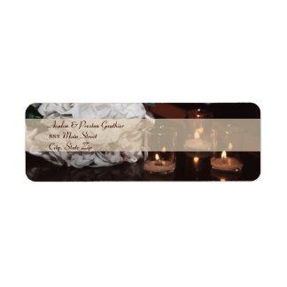Rosas blancos y etiqueta de dirección del boda de