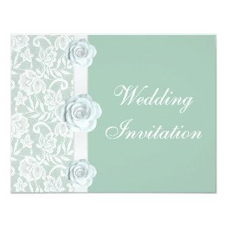 Rosas blancos y invitación del boda de la verde