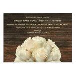 Rosas blancos y invitación rústica del boda de