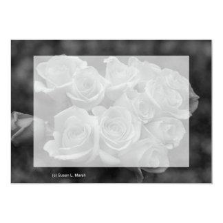 """Rosas blancos y negros contra fondo manchado invitación 5"""" x 7"""""""