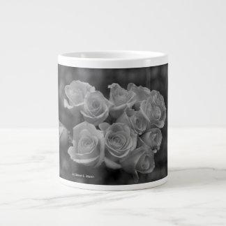 Rosas blancos y negros contra fondo manchado taza grande