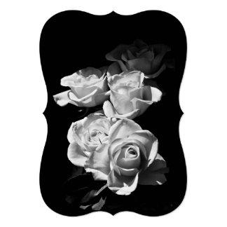 """Rosas blancos y negros invitación 5"""" x 7"""""""