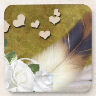 Rosas blancos y plumas posavasos