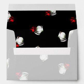 Rosas blancos y rojos en fondo negro sobre
