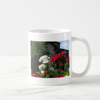 Rosas coloridos en el jardín del castillo taza básica blanca