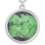 Rosas colorized verde del manojo grímpola