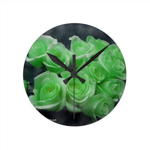 Rosas colorized verde del manojo reloj redondo mediano