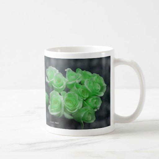 Rosas colorized verde del manojo taza básica blanca