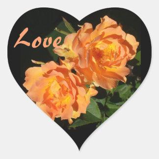 Rosas coralinos esculpidos pegatina en forma de corazón