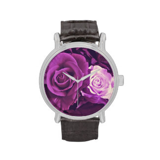 Rosas de color de malva en reloj de la floración