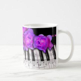 Rosas de Fushia y teclado y notas de piano Taza De Café