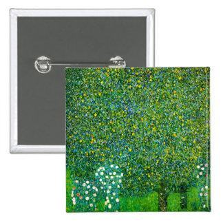 Rosas de Gustavo Klimt debajo del botón del peral