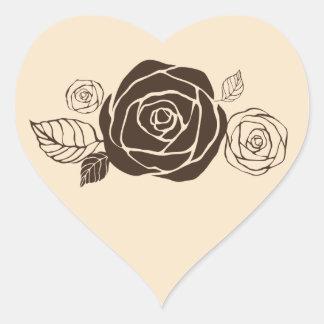 Rosas de la crema y de café que coordinan los pegatina en forma de corazón