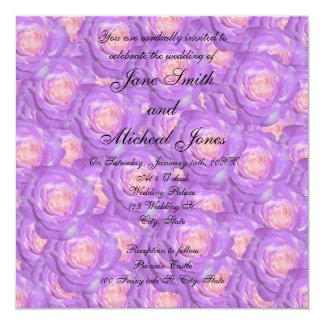 Rosas de la púrpura del monograma del boda invitación
