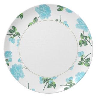 Rosas de los azules cielos en la placa floral blan platos