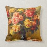 Rosas de Renoir en una almohada del florero