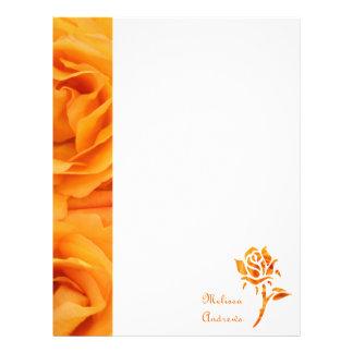 Rosas de té híbridos amarillo-naranja hermosos del membrete