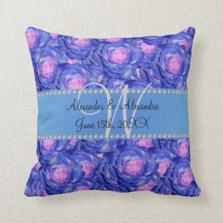 Rosas del azul del monograma del boda almohadas