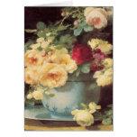 Rosas del día de madre en el cuenco de la porcelan tarjetón