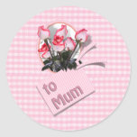 Rosas del día de madre para la momia en rosa a pegatina redonda
