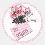 Rosas del día de madre para la momia en rosa a etiqueta redonda