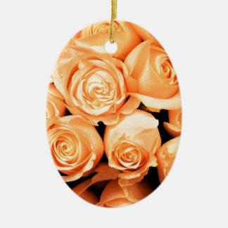 Rosas del melocotón adorno navideño ovalado de cerámica