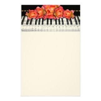 Rosas del teclado de piano y notas de la música papeleria