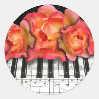 Rosas del teclado de piano y notas de la música pegatina redonda