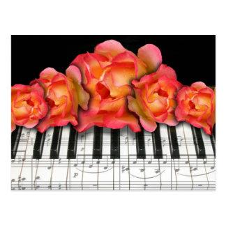 Rosas del teclado de piano y notas de la música tarjetas postales