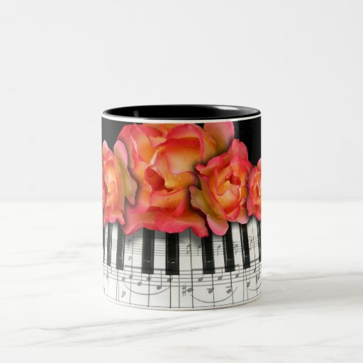 Rosas del teclado de piano y notas de la música taza de café