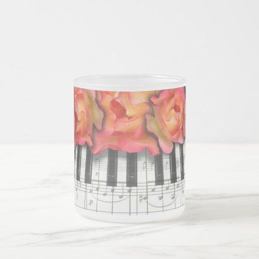 Rosas del teclado de piano y notas de la música taza de cristal