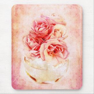 Rosas del vintage en el florero alfombrilla de ratón
