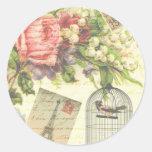 Rosas del vintage y pájaro enjaulado etiqueta redonda